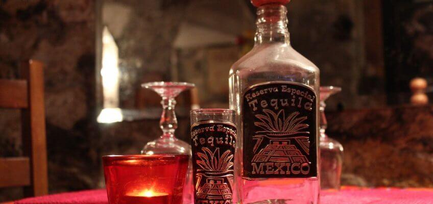 Illustration bouteille et verre de tequila