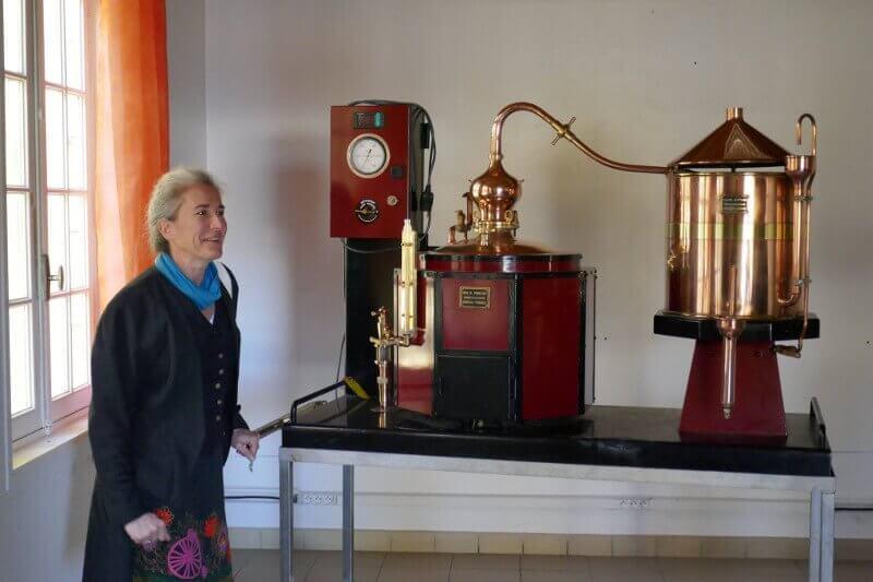 Quitterie Fourquet et le Mini alambic de la distillerie