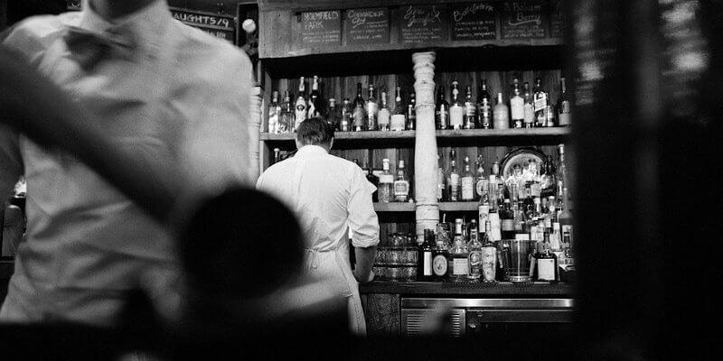 Mixologie : Préparation de cocktails dans un bar