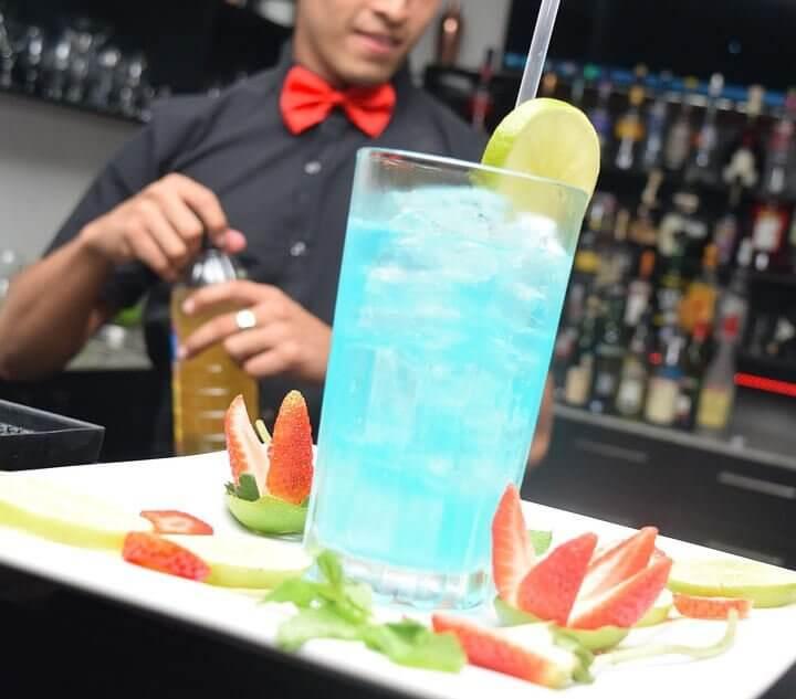 Barman travaillant sur un cocktail