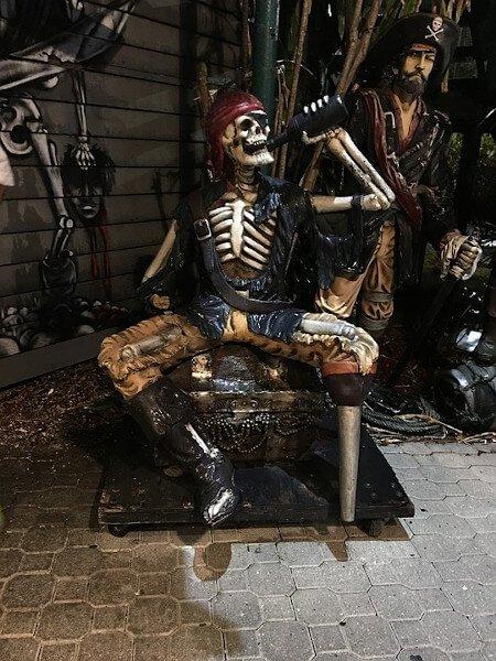 Pirate qui boit du rhum