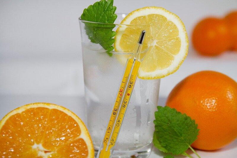 Thermomètres avec un verre et des fruits