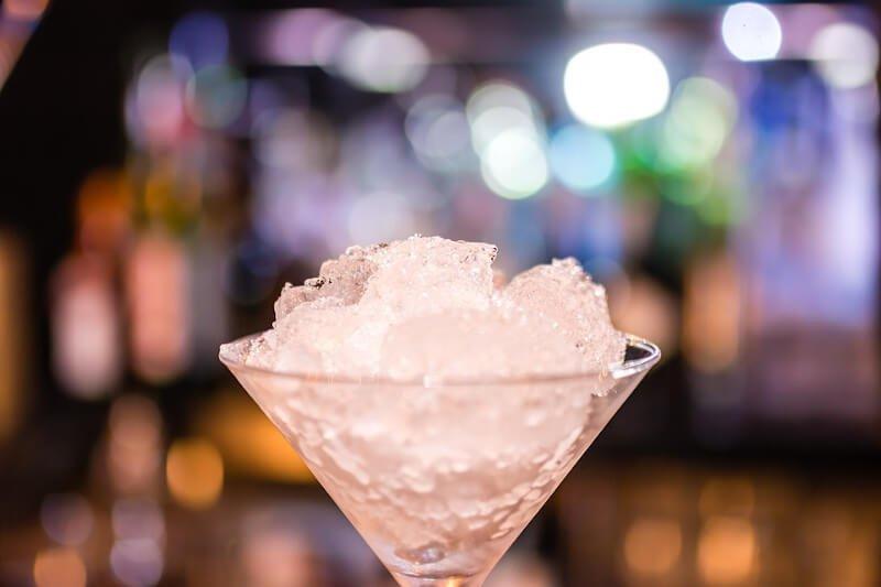 Verre à cocktails rempli de glace