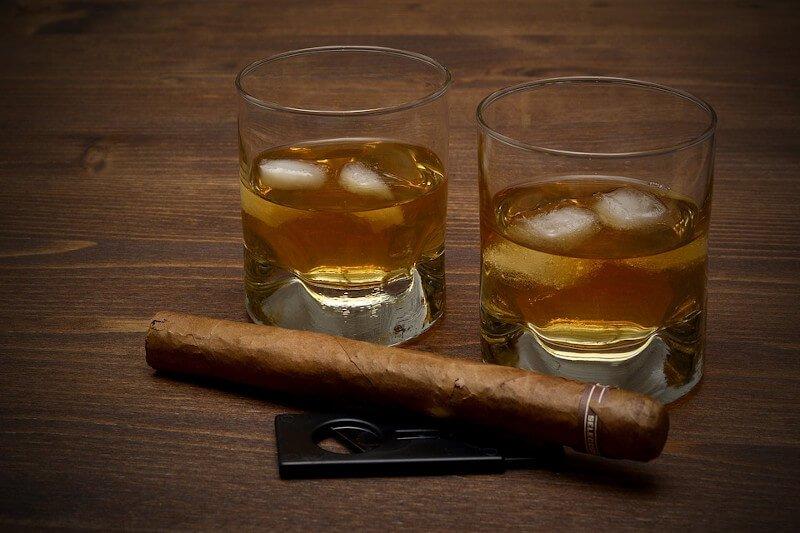 Verres de Whisky avec des glaçons et un cigare
