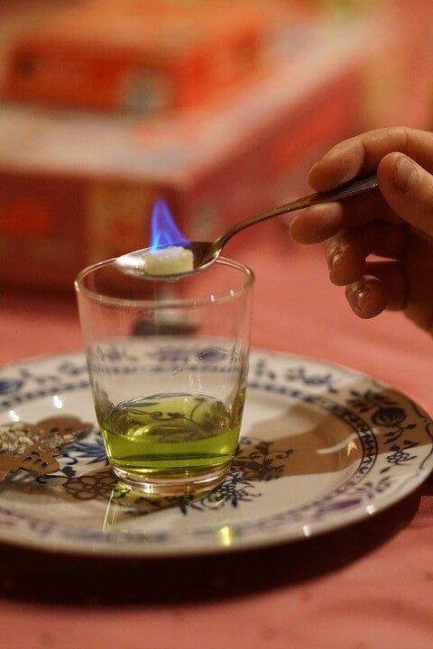 Absinthe avec le sucre flambé